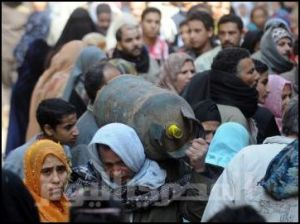 Crowds at a gas outlet in Cairo